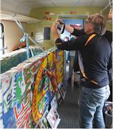 [그림 1] 문화열차 안에 전시된 베를린 장벽의 일부