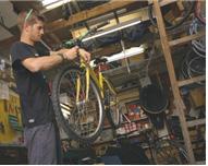 그림. 자전거를 수리하는 비씨클롯 회원