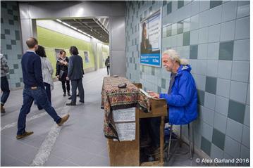 [그림 2] 경전철역 내 거리공연 모습