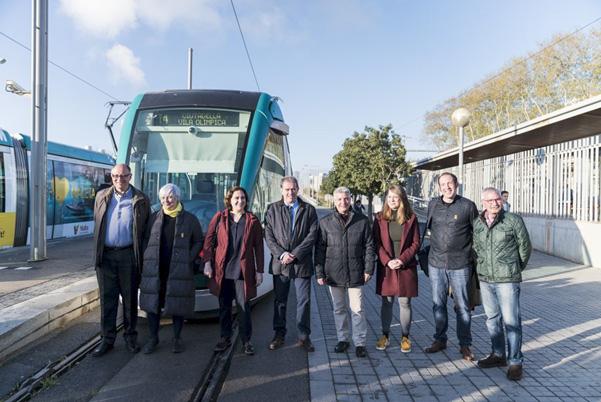 [그림 2] 트램 앞에 선 바르셀로나시장과 관계자들